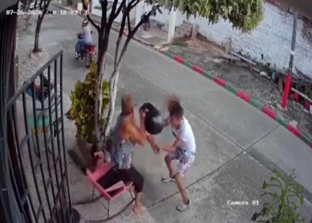 372363_BLU Radio. Abuelita golpea a ladrón en Barrancabermeja / Foto: captura de video