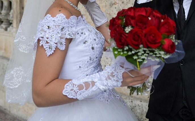pareja cobra a invitados que no asistieron a su boda