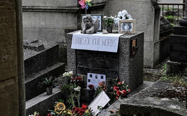 Tumba de Jim Morrison en el aniversario 50 de su muerte