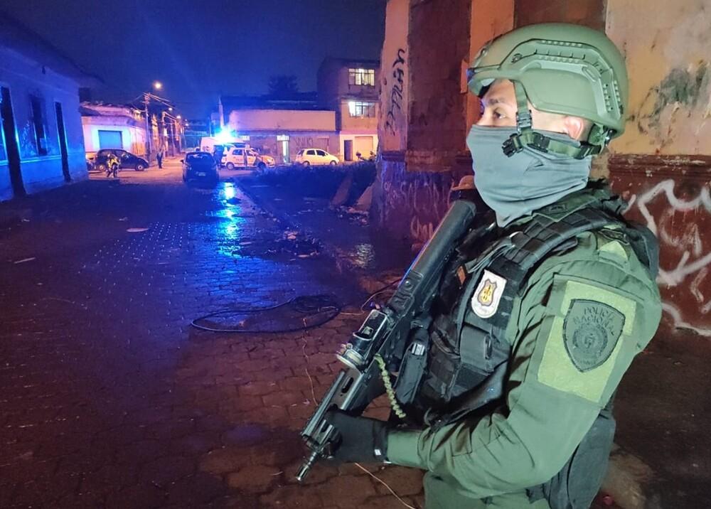 Policía especial de noche durante toque de queda.jpg