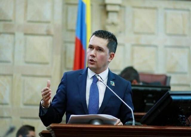 Edwin Ballesteros llora al renunciar a la Cámara