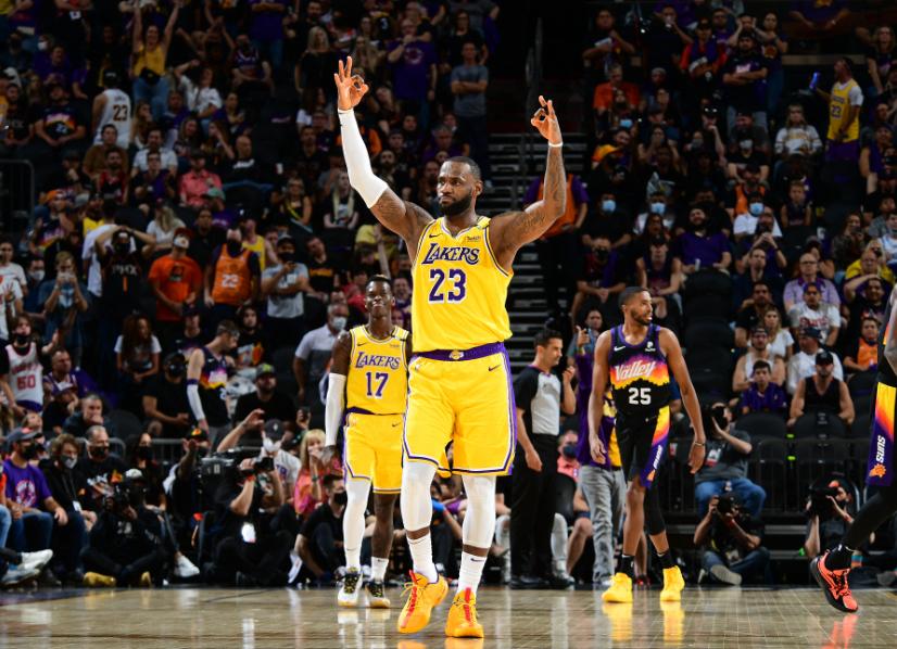 LeBron James fue la figura de los Lakers frente a los Suns.