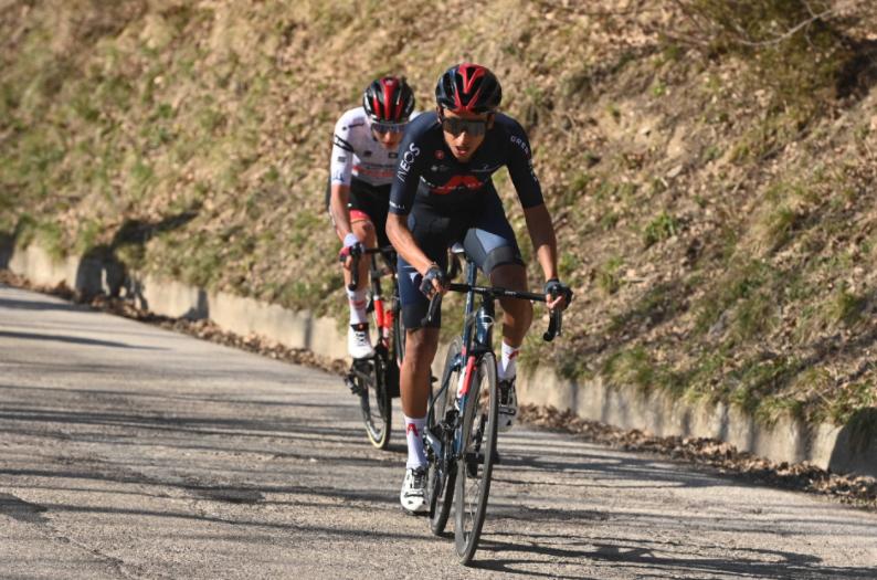 Egan Bernal atacando en la etapa 4 de Tirreno-Adriático.