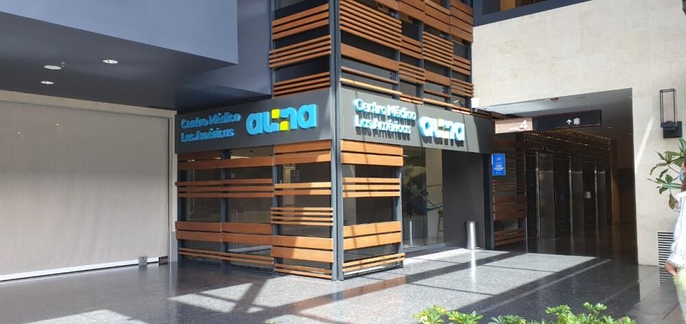 Puesto de vacunación Clínica las Américas en el centro comercial Arkadia.jpeg