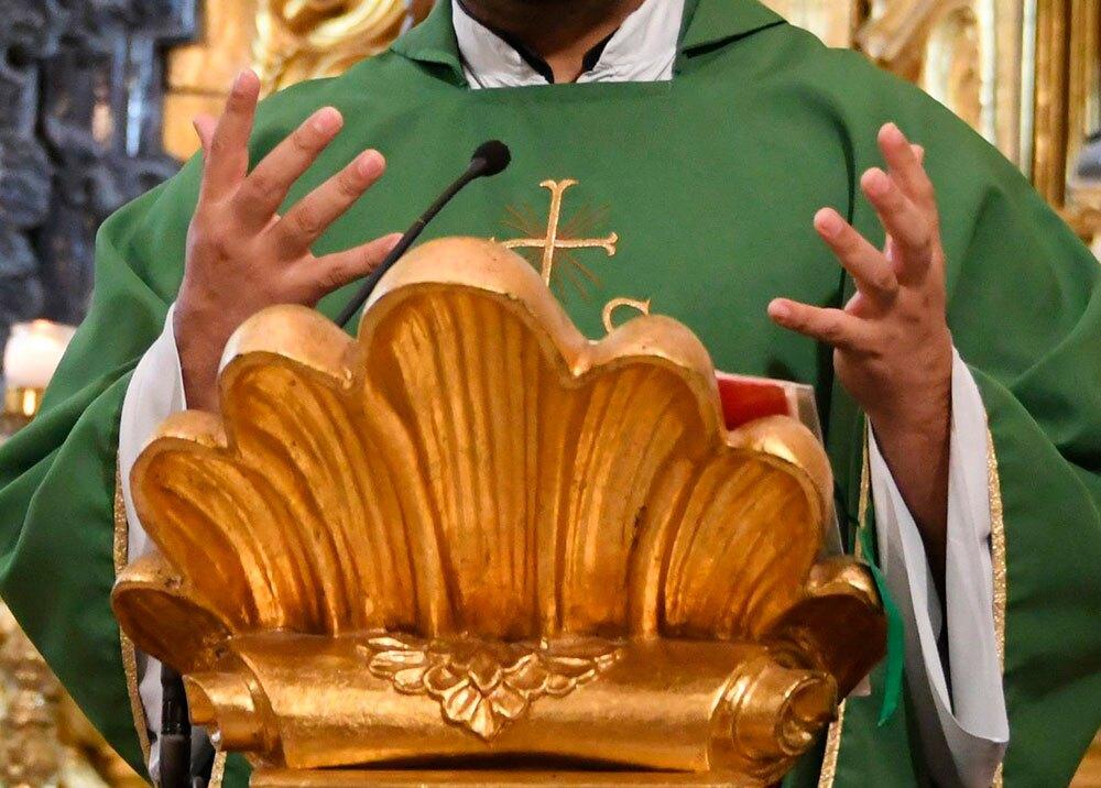 323270_BLU Radio, sacerdote / foto: afp