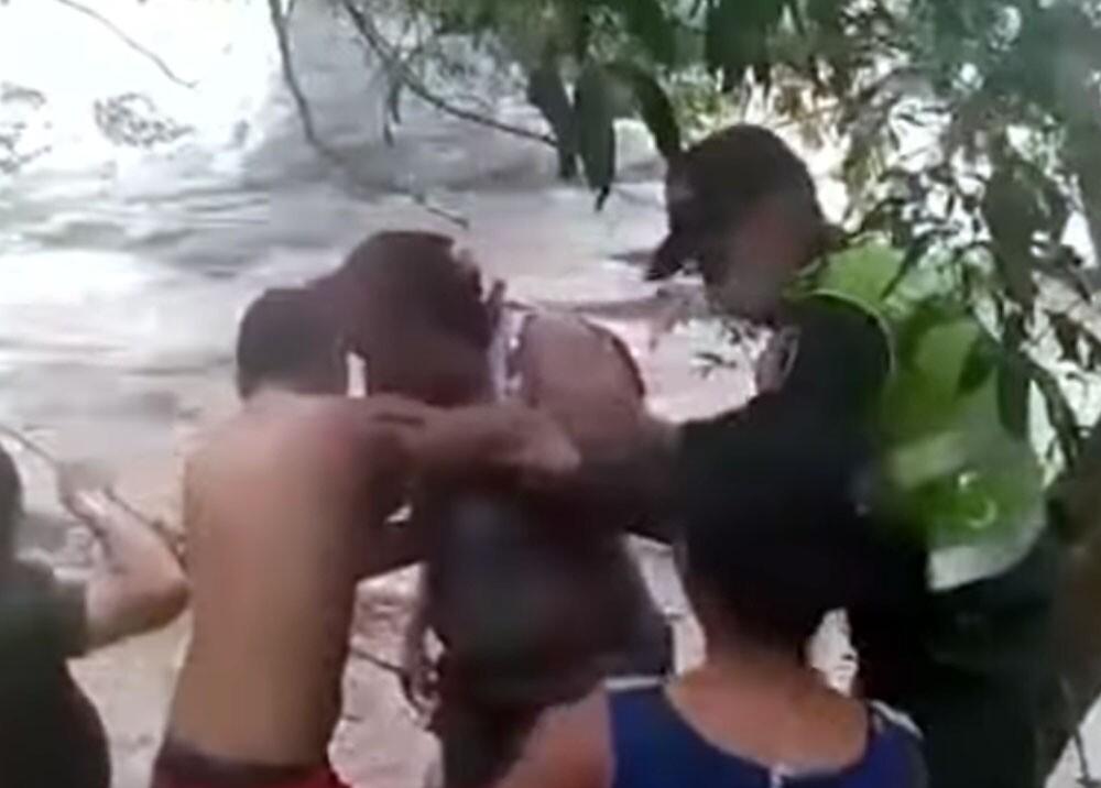 policias rescatando mujeres en santa marta.jpg