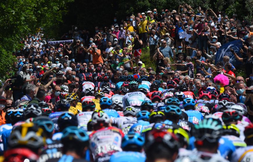 El pelotón de ciclistas durante una etapa del Giro de Italia 2021.