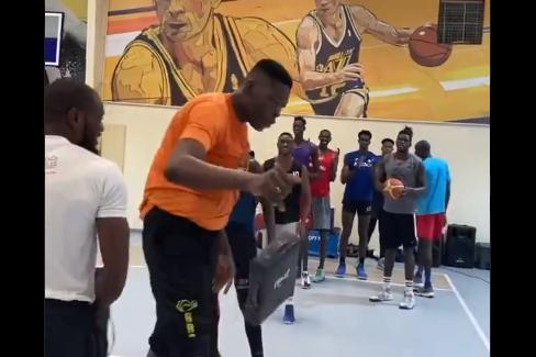 Abiodun Adegoke mide 2.36 metros y sueña con llegar a la NBA.