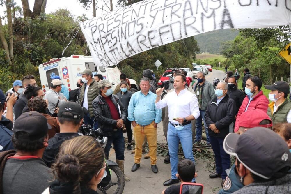 Wilson García con manifestantes del paro nacional.jpeg