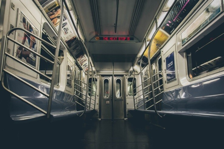 Hombre orinó a una mujer asiática en el metro de Nueva York.
