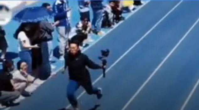 Camarógrafo grababa una carrera de 100 metros y terminó ganándola