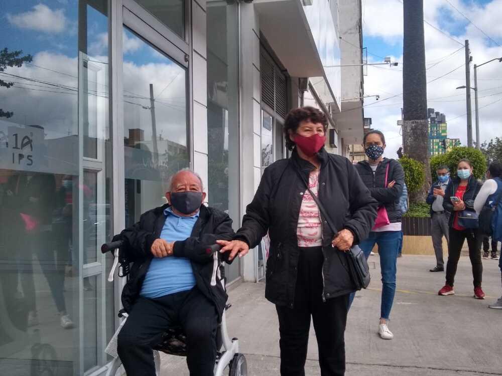 fila adultos mayores en espera de vacuna.jpeg