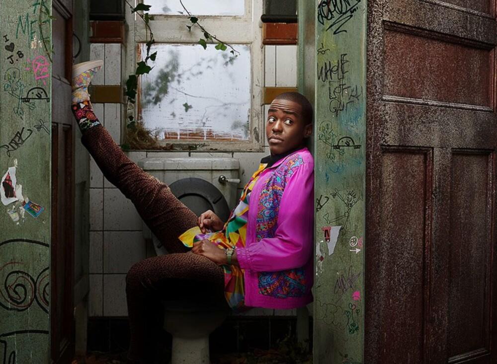 Ncuti Gatwa interpreta a Eric en la serie británica 'Sex Education'