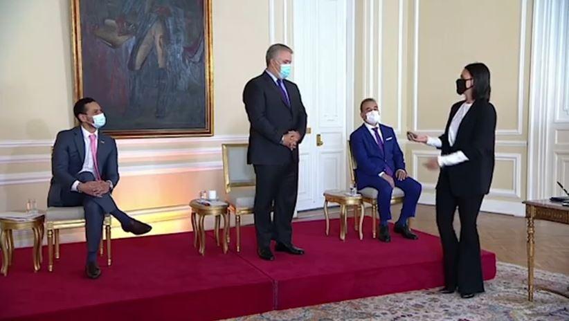 Joven le dio piedra al presidente Duque. Foto captura video.JPG