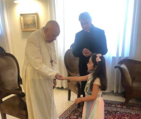 encuentro de niña herida por la mafia italiana y el papa francisco.JPG