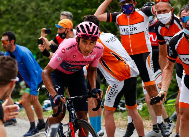Egan Bernal se mantuvo líder del Giro de Italia tras la etapa 19.