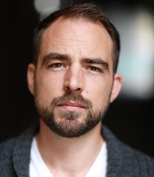 Murió arrollado por un carro fantasma en Medellín el distinguido actor  inglés Justin James