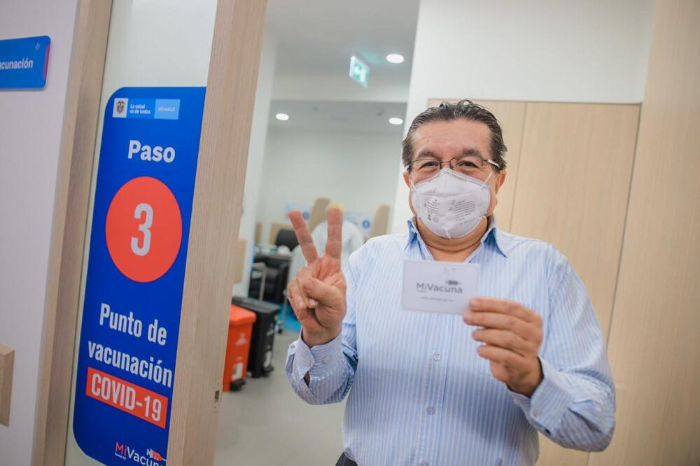 ministro de salud fernando ruiz vacunado contra covid.jpg