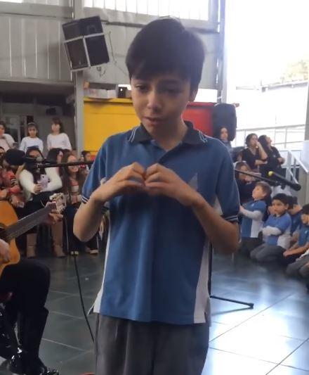 Niño cantándole a su madre