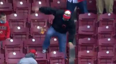 Hincha sufrió graciosa caída en el juego entre los Cincinnati Reds y los Arizona Diamondbacks.