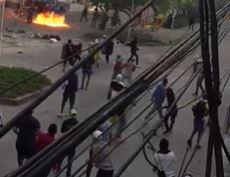 Enfrentamientos a las afueras del Metropolitano de Barranquilla antes del partido.jpeg