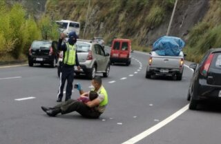policia consuela nino Ecuador.jpg