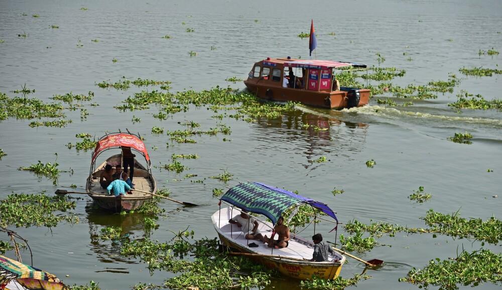 barquero encontró a niña flotando en el río Ganges