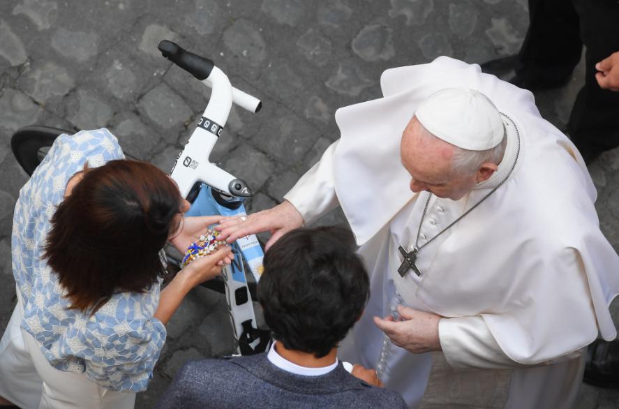 Egan Bernal visitó al papa Francisco en el Vaticano.