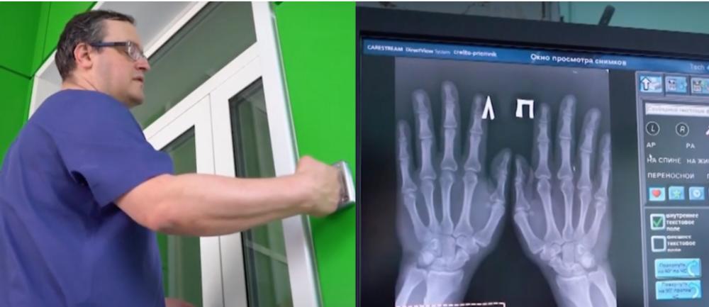 Hombre con microchips en las manos