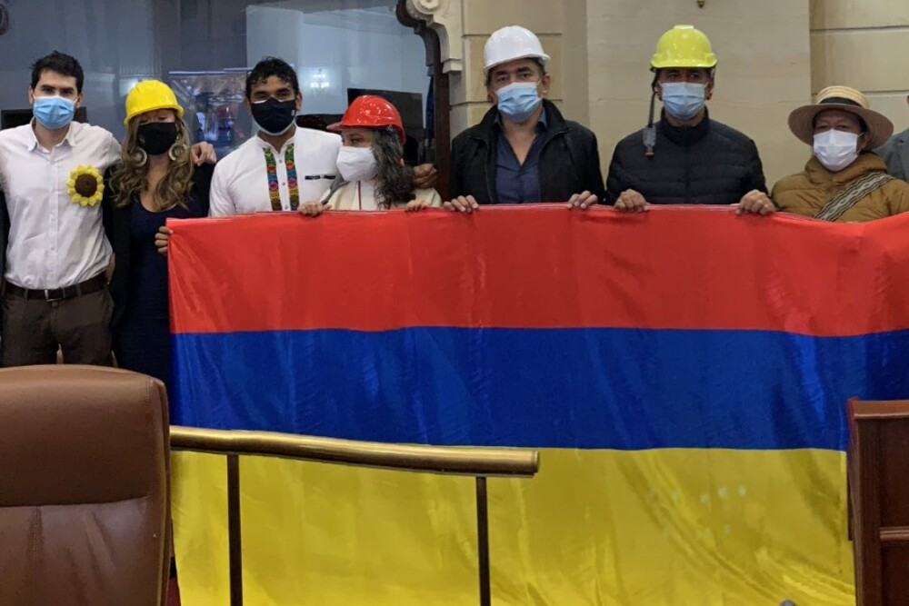 Oposición exhibió bandera invertida en instalación del Congreso.jpeg