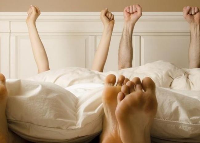 Pareja en la cama - pies - Foto referencia AFP