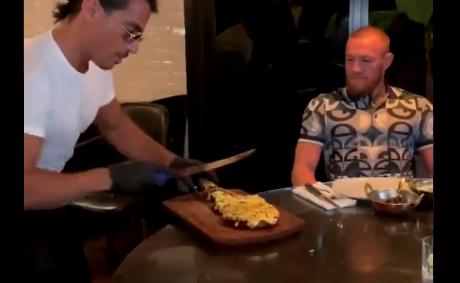 Conor McGregor comiendo excéntrico plato en Dubái.