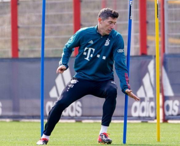 Robert Lewandowski Bayern Munich 160421 Twitter E.JPG