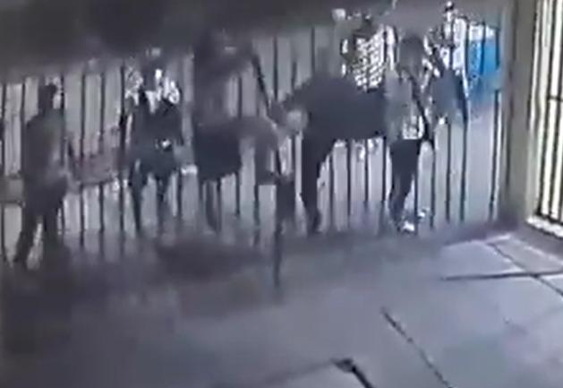 vandalos en cali entran a la fuerza a unidad residencial y roban a vigilantes.png