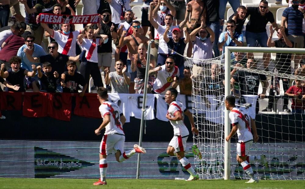 Hinchas del Rayo Vallecano contra el presidente del club