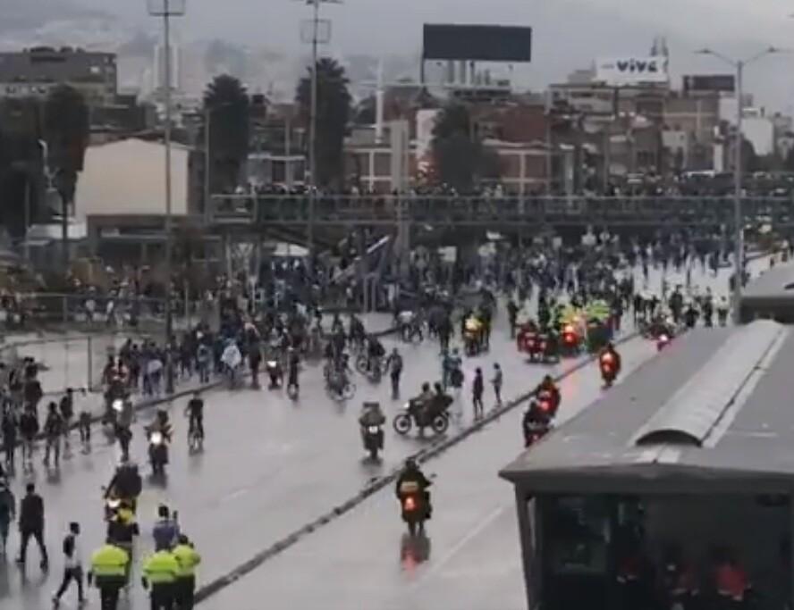 Hinchas de Millonarios enfrentaron a policías a las afueras del Campín