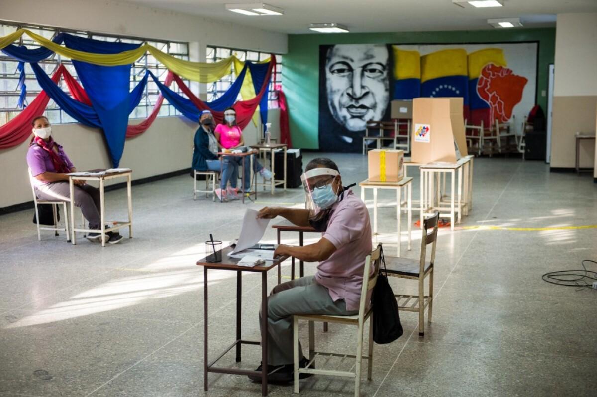 Puestos de votación vacíos reflejan escasa participación en las elecciones en Venezuela