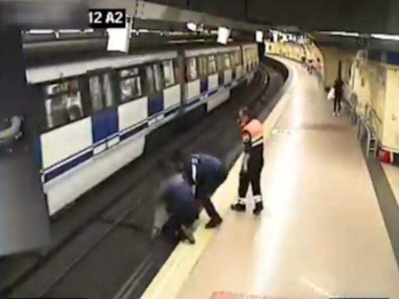 policías evitan que mujer se lance al metro.