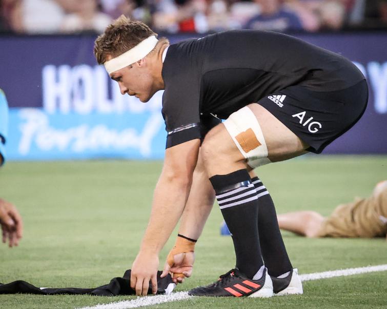 Sam Cane estará seis meses por fuera de las canchas de rugby.