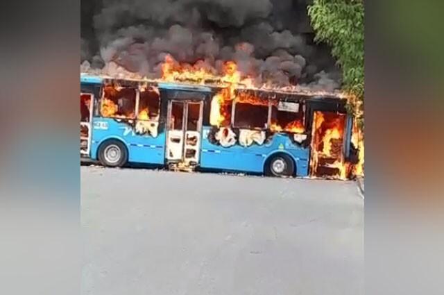 queman bus del MIO en Cali -.jpg