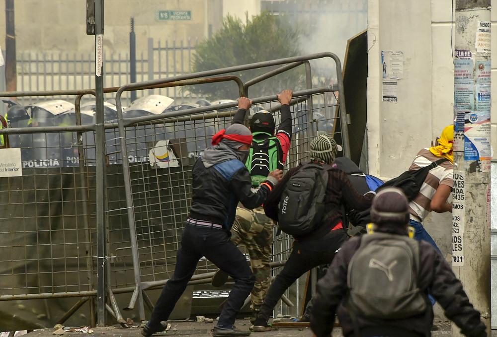 345759_BLU Radio. Ecuatorianos piden cese de violencia en medio de toque en Quito // Foto: AFP