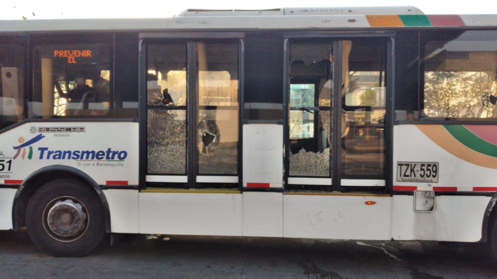 363867_BLU Radio // Vandalizan buses de Transmetro // Foto: Transmetro