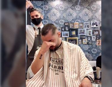 El emotivo video de peluquero que se cortó el cabello en solidaridad con su amigo con cáncer.JPG