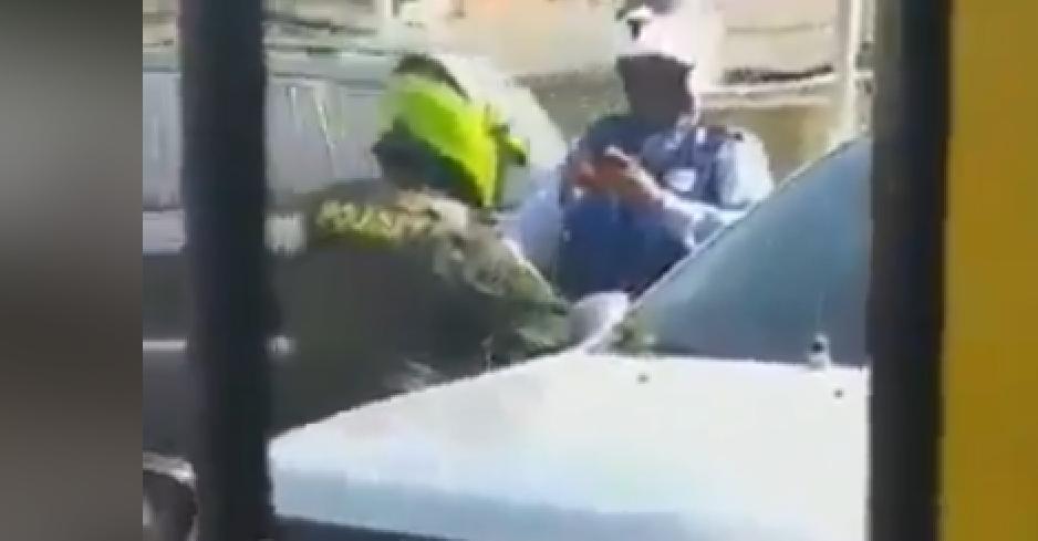 352413_BLU Radio// Policía y agente de tránsito en Cartagena. Foto: Tomada de video Metro Tv Oficial