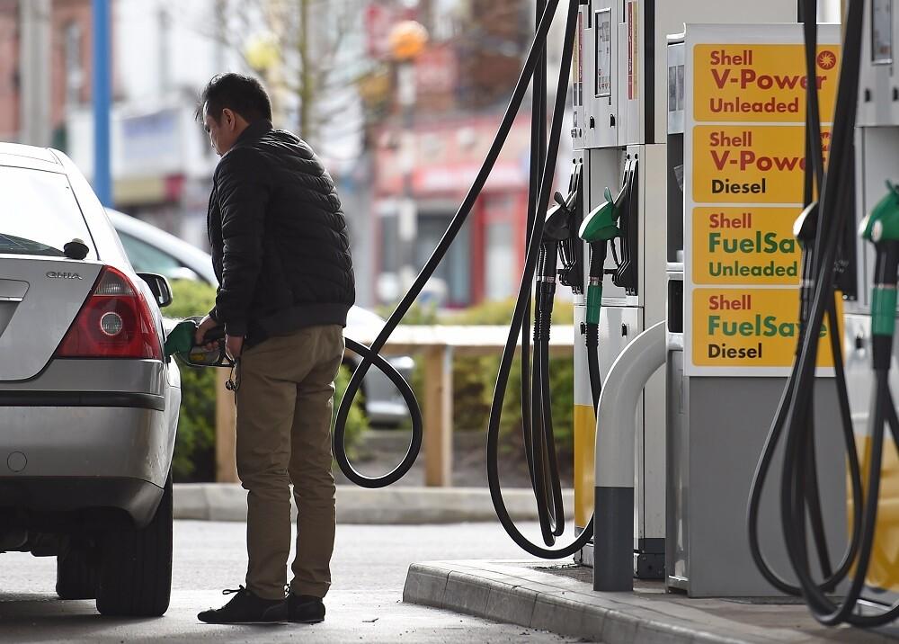 2718_La Kalle. Subió precio de la gasolina / Foto: AFP
