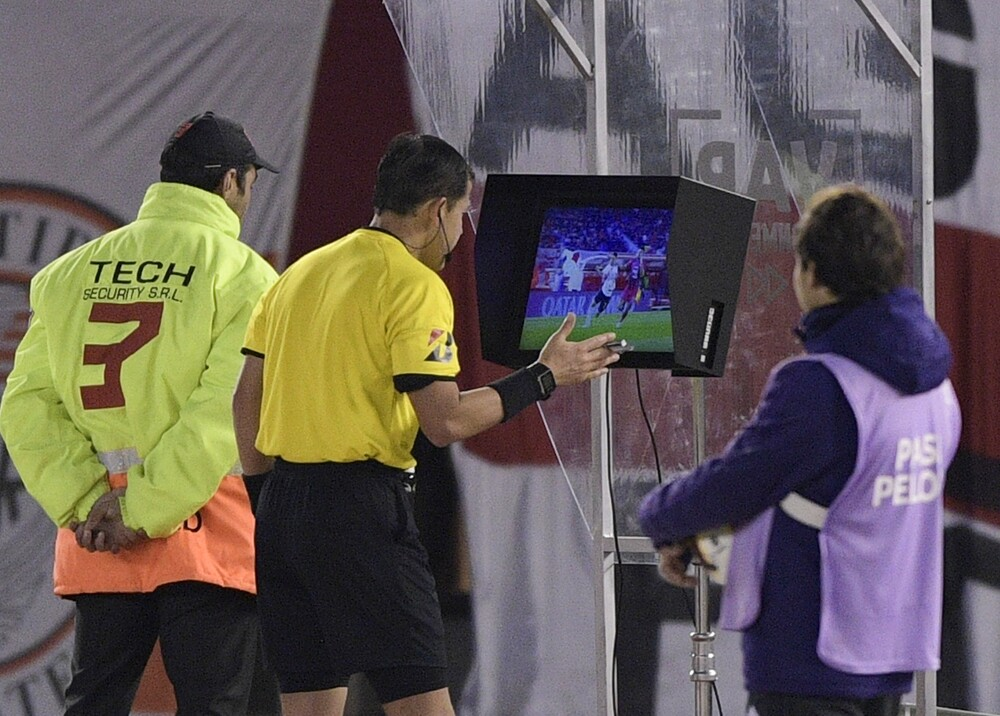 348586_VAR (Video Assistant Referee) // Foto: AFP