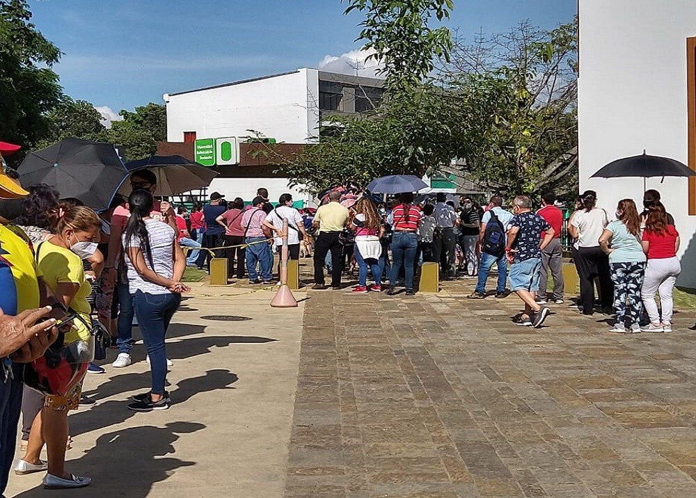 FOTO FILAS VACUNACIÓN.jfif