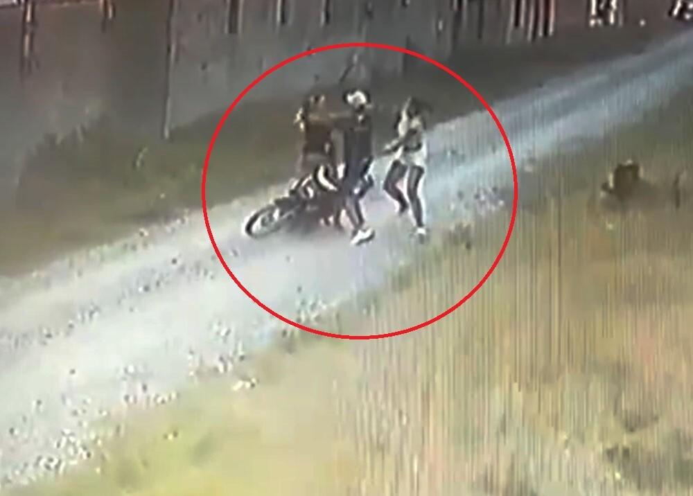 mujeres agarran a golpes a ladron de motos.jpg