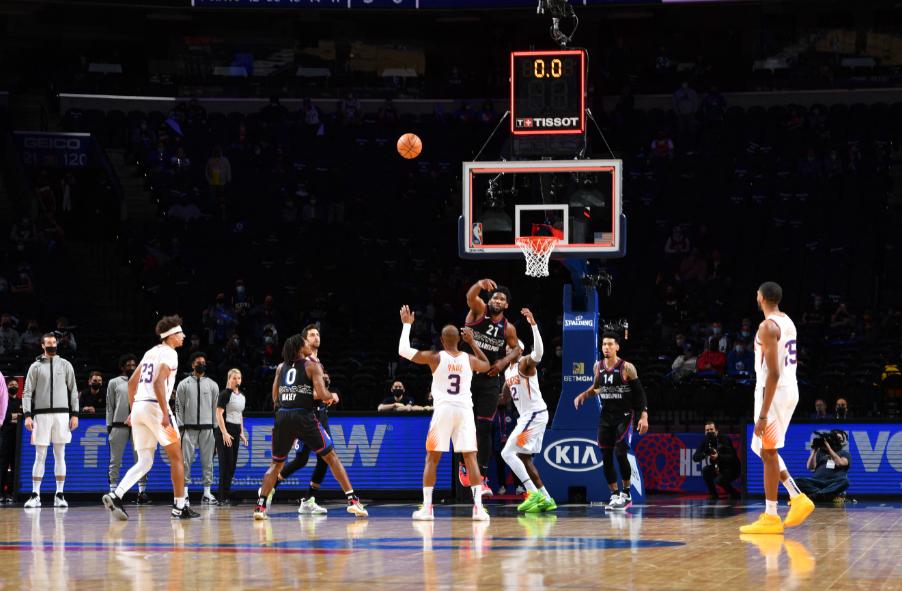 Joel Embiid intentó un triple de cancha a cancha en la NBA.
