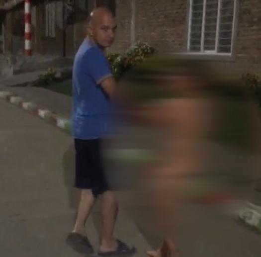 niño obligado a caminar desnudo.png